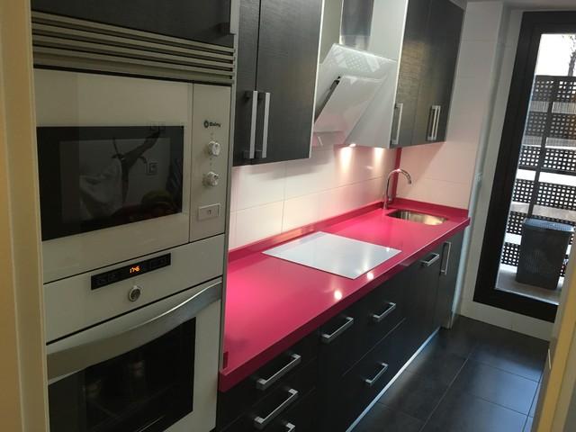 Cocinas Modernas Madrid.Encimera Fucsia En Cocina Negra Moderno Cocina Madrid