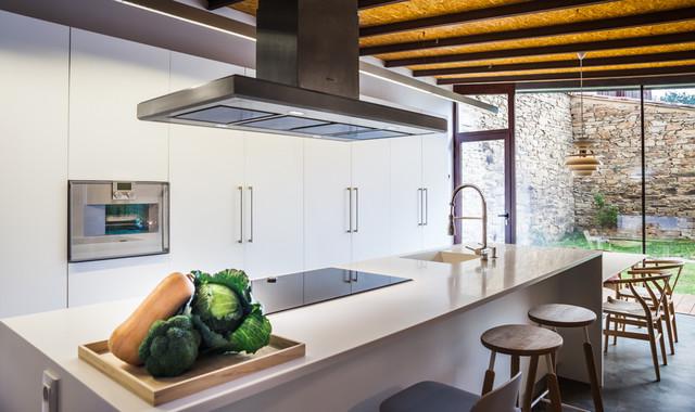 La vivienda y el estudio en el centro de santiago de for Muebles de cocina y bano disdeco santiago de compostela