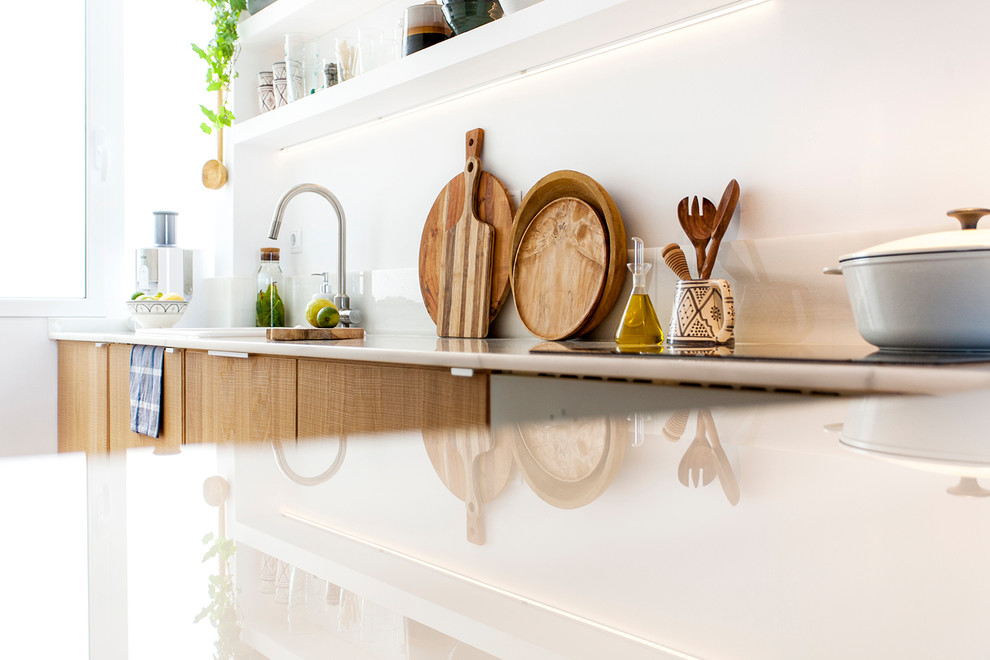 Inspiration for a mid-sized contemporary l-shaped open concept kitchen remodel in Barcelona with an integrated sink, open cabinets, medium tone wood cabinets, white backsplash, marble backsplash, colored appliances and a peninsula