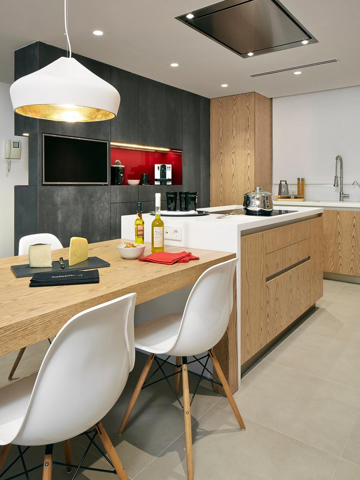 Modelo de cocina comedor lineal, contemporánea, de tamaño medio, con armarios con paneles lisos, puertas de armario de madera clara, una isla, fregadero integrado, salpicadero blanco, electrodomésticos de acero inoxidable y suelo de baldosas de cerámica