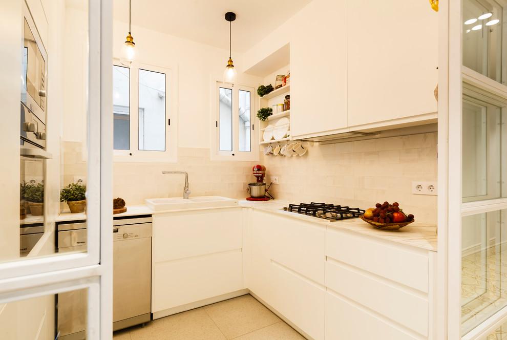 Foto de cocina en U, nórdica, pequeña, cerrada, sin isla, con fregadero de doble seno, armarios con paneles lisos, puertas de armario blancas, electrodomésticos de acero inoxidable, suelo beige y encimeras blancas