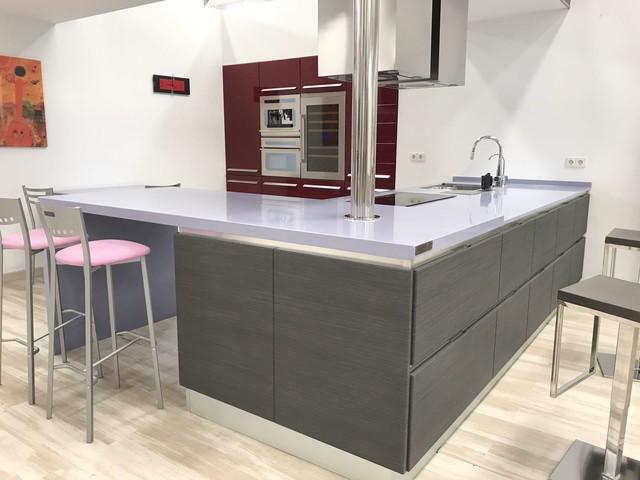 Неиссякаемый источник вдохновения для домашнего уюта: кухня-гостиная с врезной раковиной, столешницей из кварцевого композита, техникой из нержавеющей стали и полуостровом
