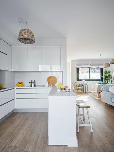 Foto de cocina costera, de tamaño medio, abierta, con armarios con paneles lisos, puertas de armario blancas y salpicadero blanco