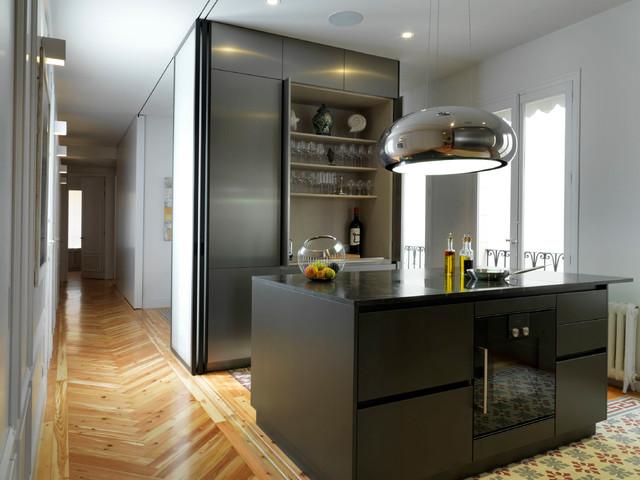 Inspiration för ett litet funkis linjärt kök med öppen planlösning, med släta luckor, skåp i rostfritt stål, svarta vitvaror, en köksö, marmorbänkskiva, grått stänkskydd, klinkergolv i keramik och flerfärgat golv