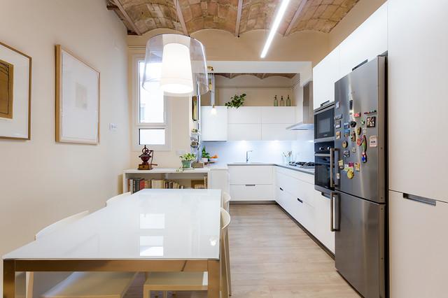 Inspiration pour une cuisine ouverte urbaine en L de taille moyenne avec un plan de travail en quartz modifié, un placard à porte plane, des portes de placard blanches et aucun îlot.