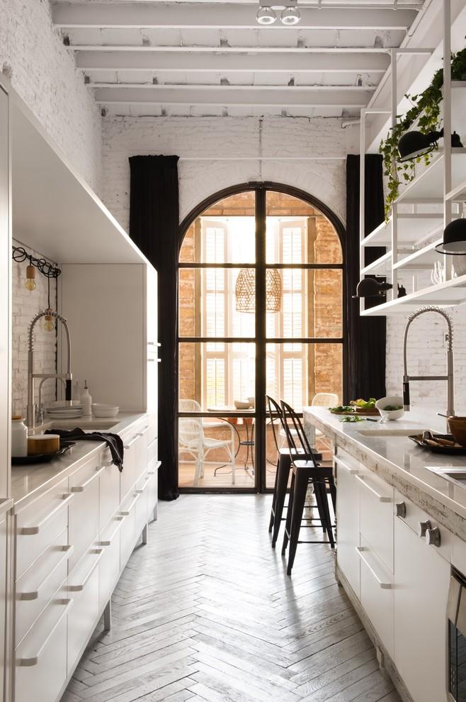 Modelo de cocina comedor de galera, romántica, grande, sin isla, con armarios con paneles lisos, puertas de armario blancas, salpicadero blanco, salpicadero de azulejos de cemento y suelo de madera pintada