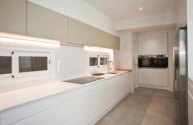 Tu cocina es larga y estrecha? 10 trucos para una buena distribución
