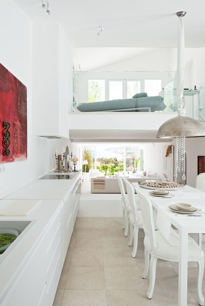 Foto de cocina comedor lineal, contemporánea, grande, sin isla, con fregadero encastrado, armarios con paneles lisos, puertas de armario blancas, encimera de acrílico, salpicadero blanco, electrodomésticos blancos, suelo de travertino y encimeras blancas