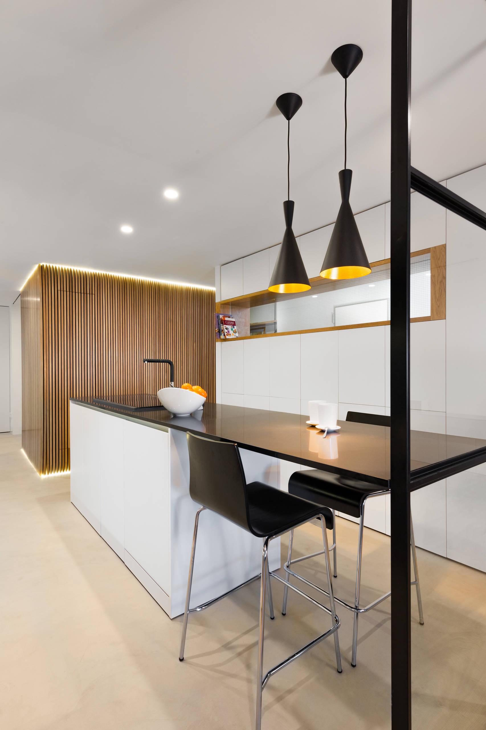 Vista del interior de la cocina, hacia el volumen del aseo