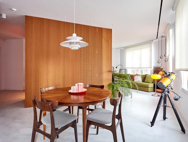 Ejemplo de comedor minimalista, grande, abierto, sin chimenea, con paredes blancas, suelo de cemento y suelo gris