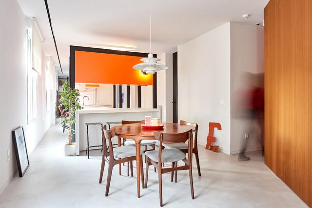 Imagen de comedor moderno, grande, abierto, sin chimenea, con paredes blancas, suelo de cemento y suelo gris