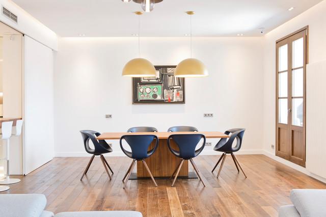 Imagen de comedor actual, grande, abierto, sin chimenea, con paredes blancas y suelo de madera en tonos medios