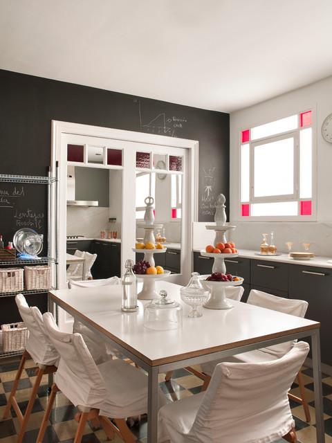 Foto de comedor de cocina clásico, grande, sin chimenea, con paredes multicolor y suelo de baldosas de cerámica
