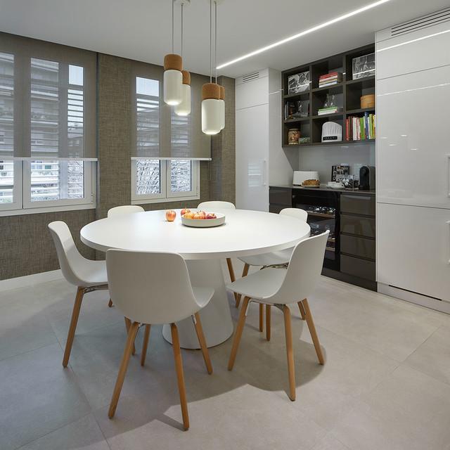 Imagen de comedor de cocina actual con paredes grises y suelo gris