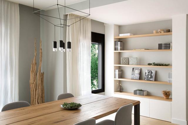 Imagen de comedor actual, de tamaño medio, sin chimenea, con paredes grises y suelo de madera clara