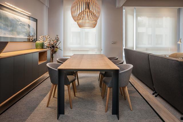 Diseño de comedor actual, pequeño, abierto, sin chimenea, con paredes grises y suelo de madera clara