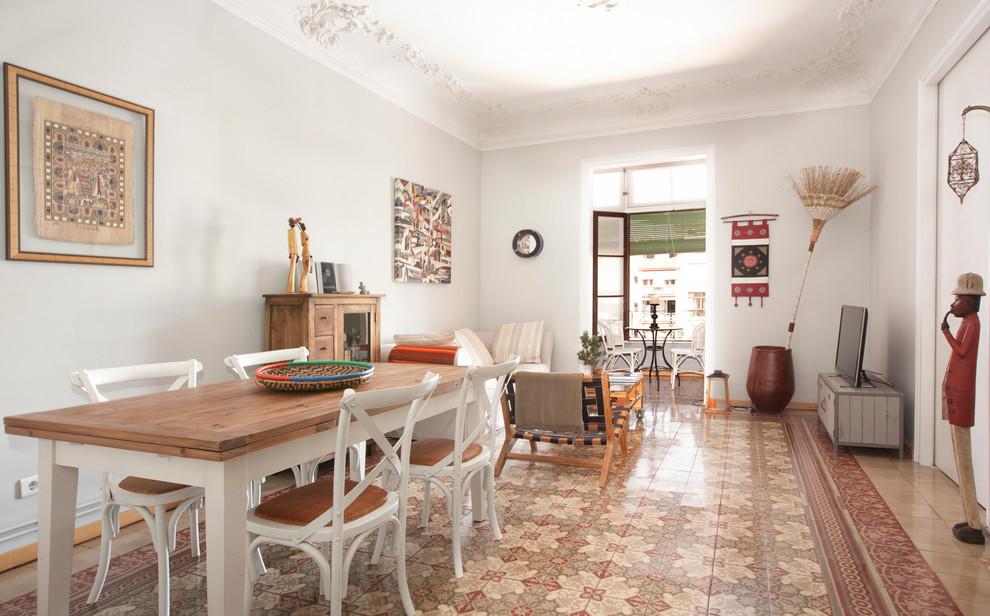 Удачное сочетание для дизайна помещения: большая гостиная-столовая в морском стиле с белыми стенами и полом из керамической плитки без камина - самое интересное для вас