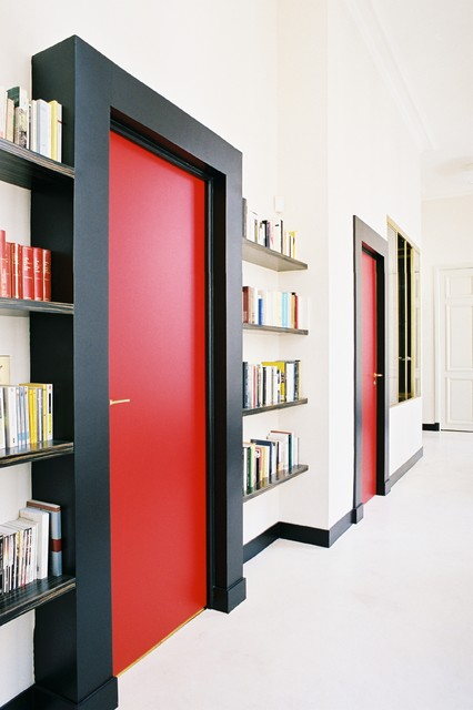 Idee per un grande ingresso o corridoio design con pareti bianche