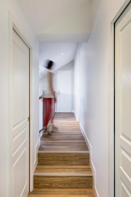 Couloir de l 39 tage en lames vinyle imitation bois for Couloir contemporain