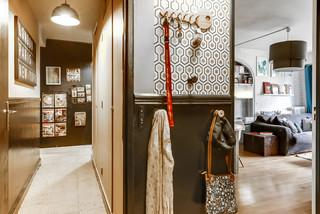 Flur mit schwarzer Wandfarbe und Keramikboden Ideen, Design ...