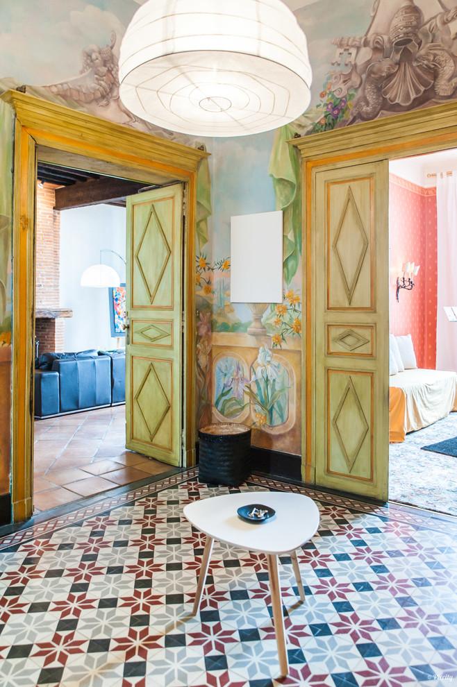 Réalisation d'un couloir méditerranéen avec un mur multicolore et un sol multicolore.