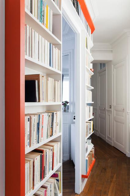 Immagine di un grande ingresso o corridoio tradizionale con pareti bianche e pavimento in legno massello medio