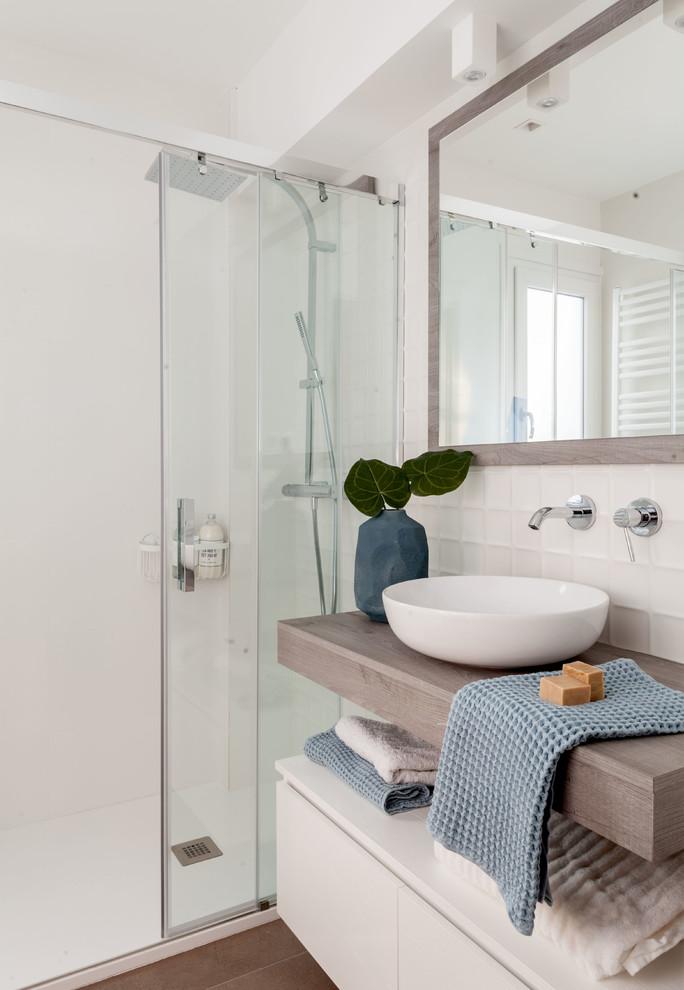 Diseño de cuarto de baño actual con armarios con paneles lisos, puertas de armario blancas, ducha empotrada, paredes blancas, lavabo sobreencimera, encimera de madera, suelo marrón, ducha con puerta corredera y encimeras marrones