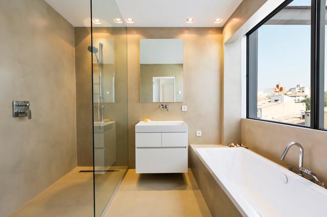 Imagen de cuarto de baño principal, contemporáneo, de tamaño medio, con armarios con paneles lisos, puertas de armario blancas, bañera encastrada, ducha a ras de suelo, paredes beige, suelo de cemento y lavabo suspendido