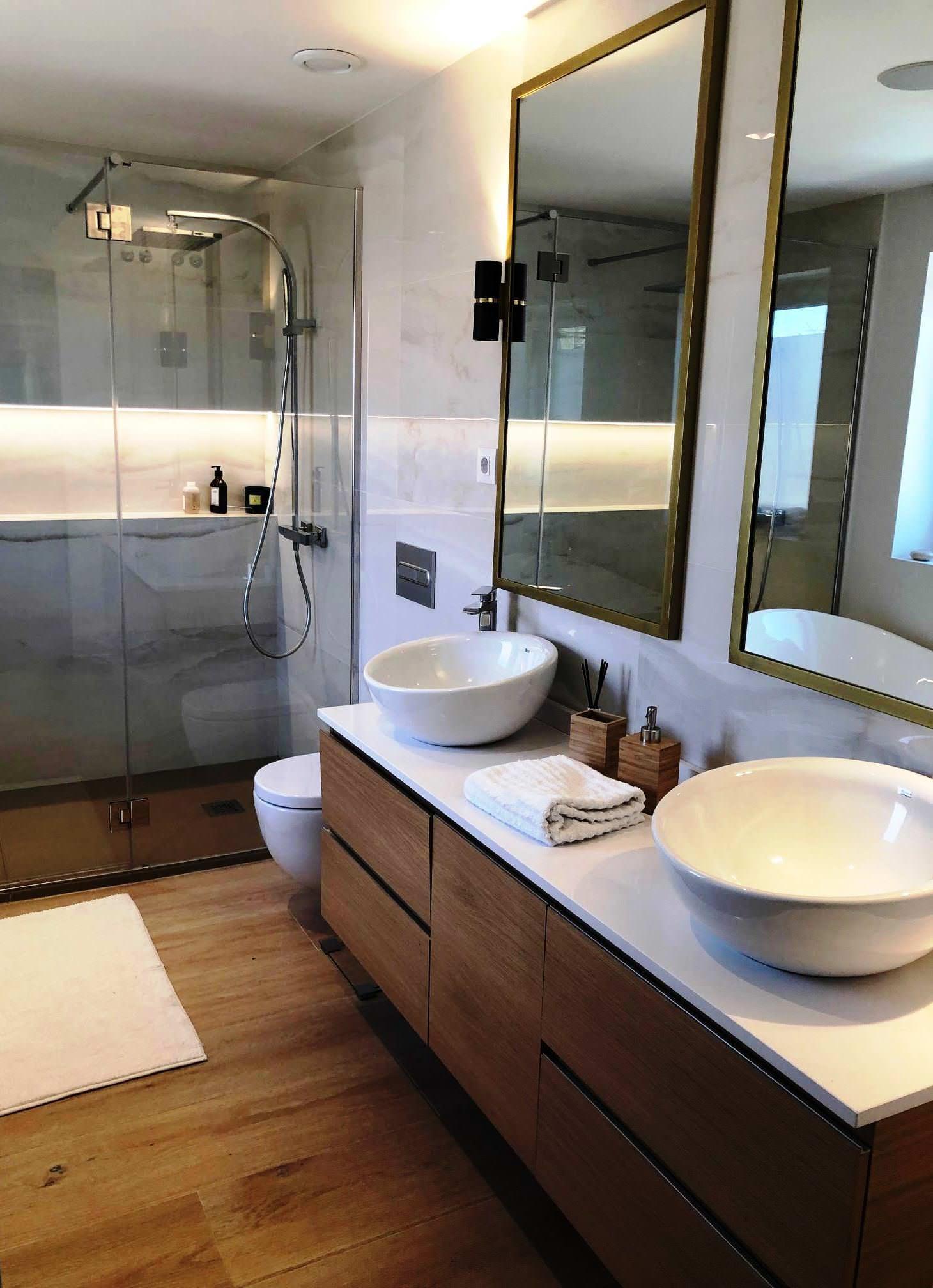 Baño principal en Suit con doble seno y doble ducha