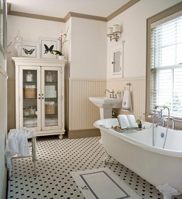 Imagen de cuarto de baño principal, tradicional, de tamaño medio, con armarios tipo vitrina, bañera exenta y lavabo con pedestal