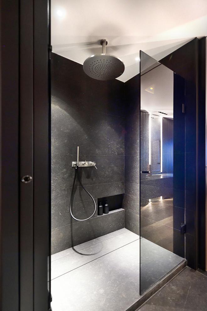 Ejemplo de cuarto de baño principal, actual, grande, con ducha empotrada, baldosas y/o azulejos negros y suelo gris
