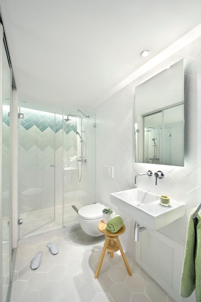 Свежая идея для дизайна: ванная комната среднего размера в современном стиле с подвесной раковиной, душем в нише, инсталляцией, разноцветной плиткой, душевой кабиной, керамогранитной плиткой, белыми стенами и полом из керамической плитки - отличное фото интерьера