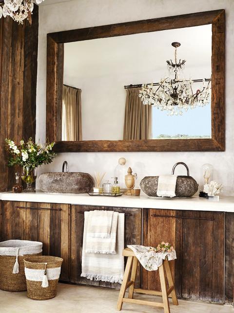 Esempio di una stanza da bagno costiera di medie dimensioni con ante lisce, ante in legno bruno, pareti bianche e lavabo a bacinella
