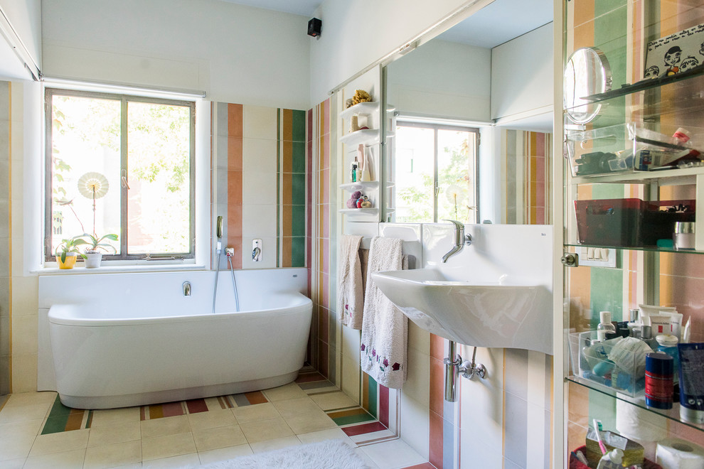 Mid-sized eclectic master bathroom photo in Madrid with multicolored walls and a wall-mount sink