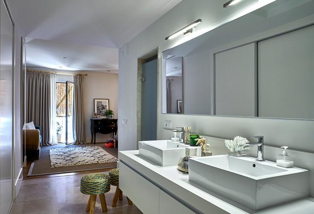modelo de cuarto de bao con ducha minimalista de tamao medio con armarios