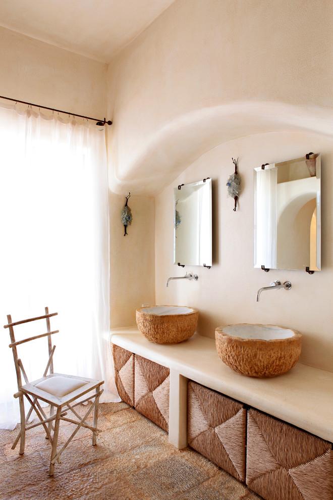 Diseño de cuarto de baño mediterráneo con paredes beige y lavabo sobreencimera