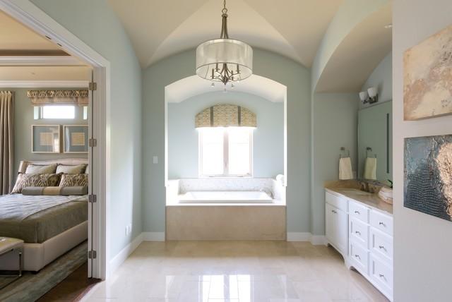 Bild på ett mellanstort lantligt en-suite badrum, med luckor med infälld panel, vita skåp, ett badkar i en alkov, gröna väggar, ett undermonterad handfat, marmorgolv, marmorbänkskiva och en dusch/badkar-kombination