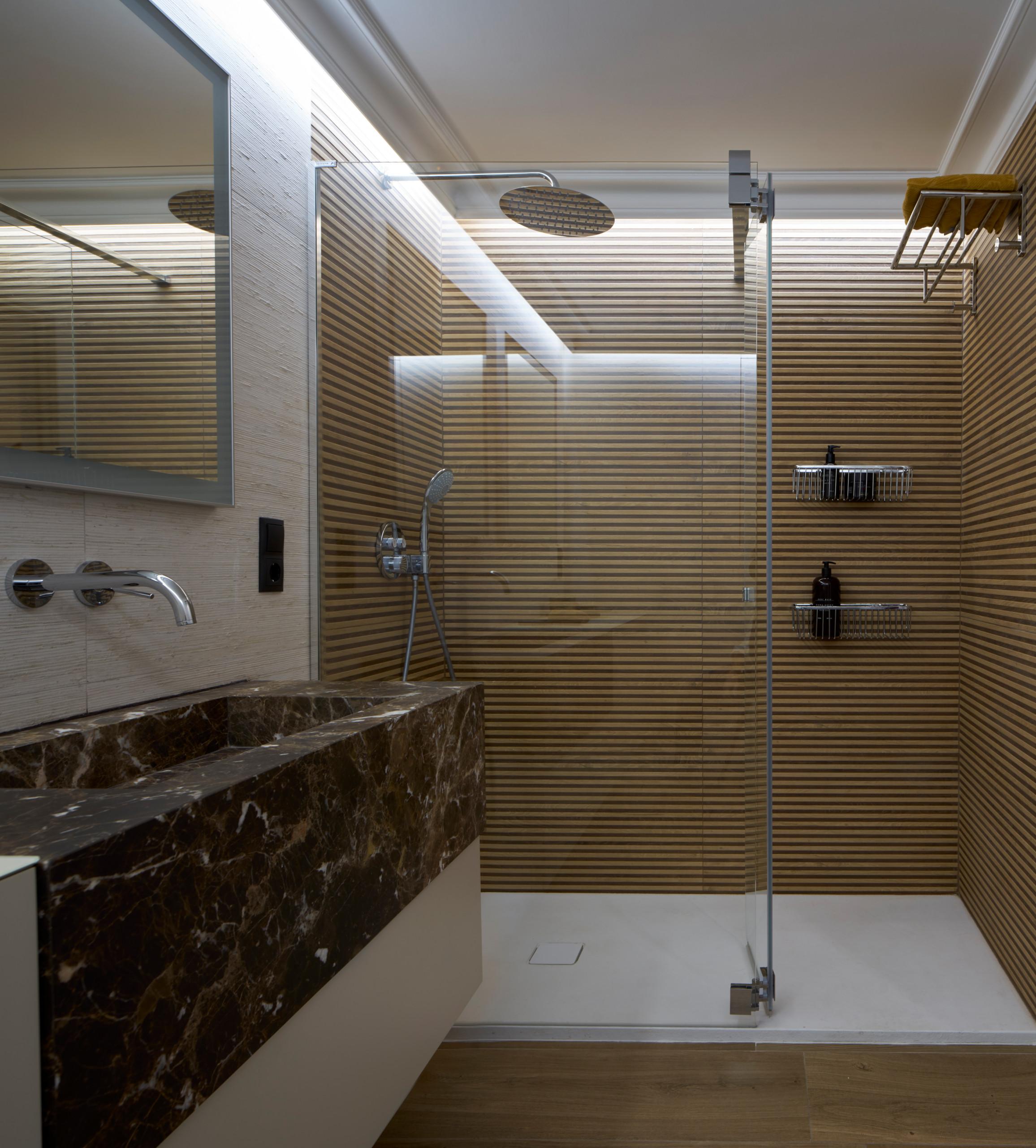 Ducha en el baño con revestimiento imitación a madera