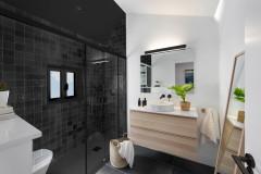 15 baños con revestimientos oscuros que funcionan