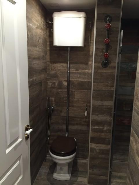 Inodoro con cisterna alta detalle de perchas for Habitacion decoracion industrial