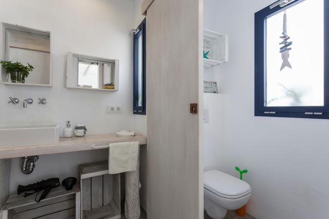 Interiores en casa en es llombards r stico cuarto de - Cuarto bano rustico ...