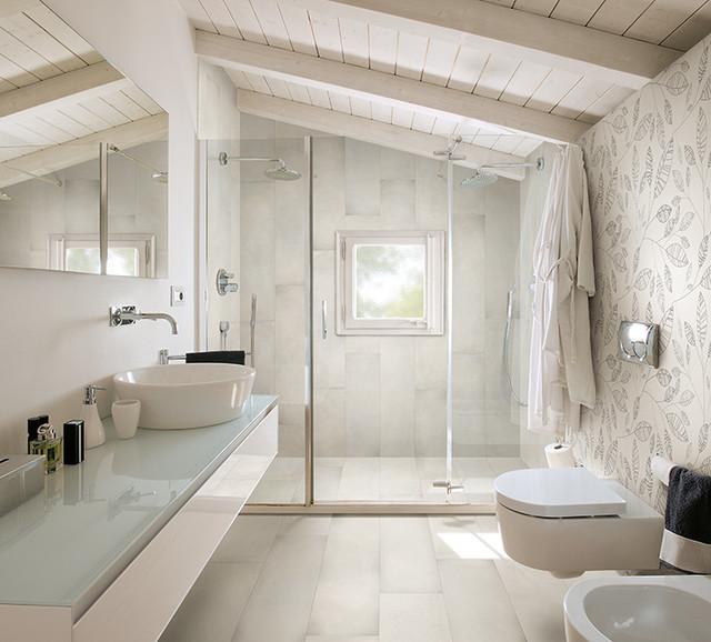 Imagen de cuarto de baño principal, escandinavo, de tamaño medio, con ducha doble, sanitario de pared, paredes blancas, suelo de baldosas de cerámica y lavabo sobreencimera