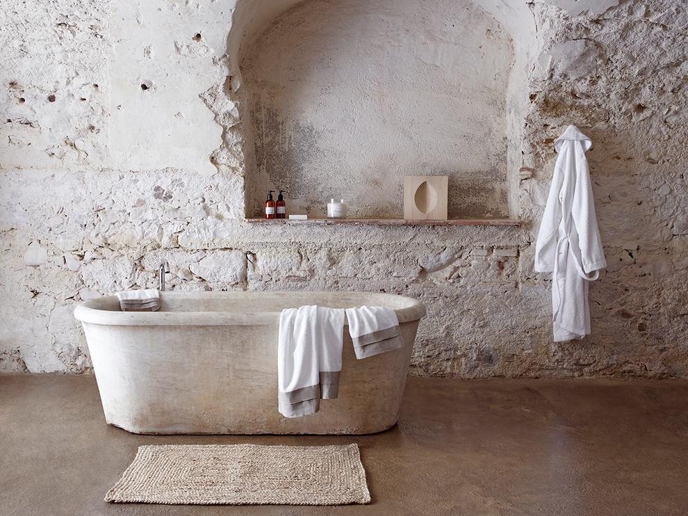 Immagine di una stanza da bagno industriale