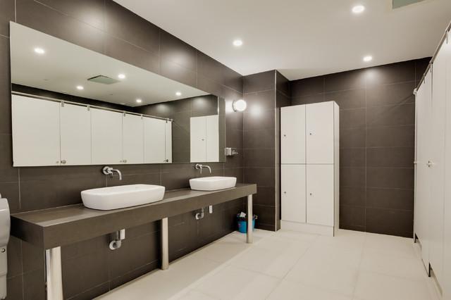 Proyecto interiorismo oficinas - Moderno - Cuarto de baño ...
