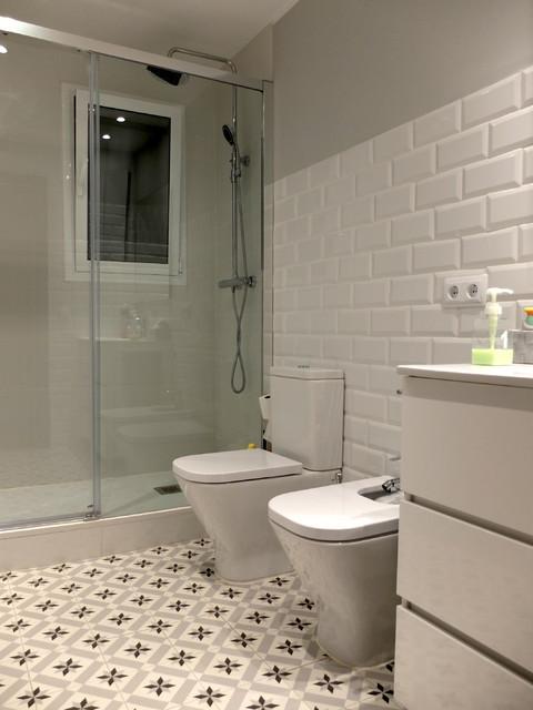 Reforma de baño con baldosas hidráulicas y azulejo tipo metro ...