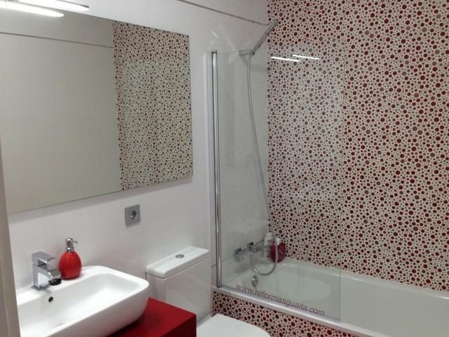 Reforma de un baño en blanco y rojo - Moderno - Cuarto de baño ...