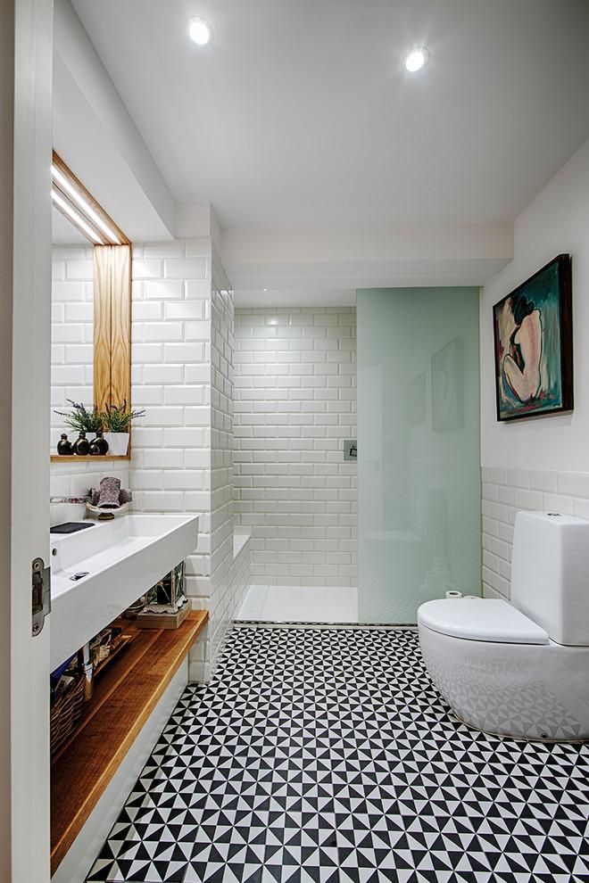 Modelo de cuarto de baño con ducha, contemporáneo, de tamaño medio, con urinario, baldosas y/o azulejos blancos, paredes blancas y lavabo de seno grande