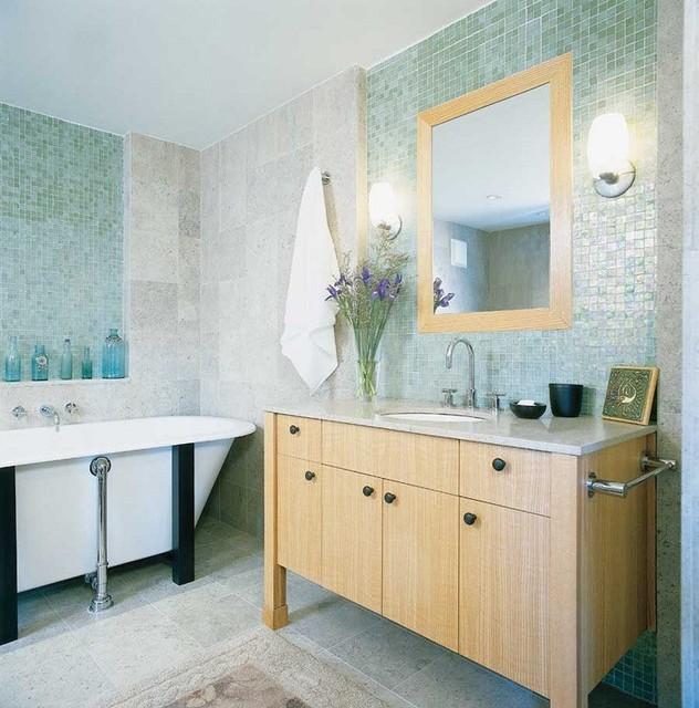 Modelo de cuarto de baño principal, tradicional renovado, de tamaño medio, con armarios tipo mueble, puertas de armario de madera oscura, bañera empotrada y lavabo bajoencimera