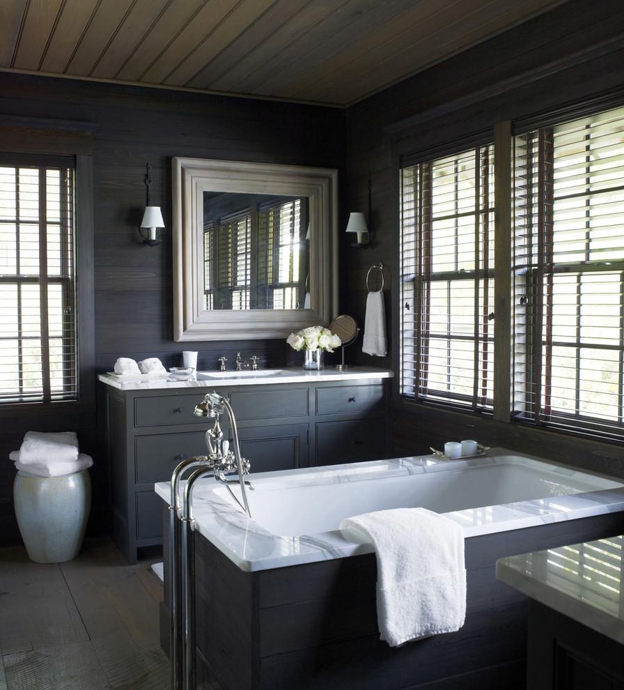 Idee per una stanza da bagno padronale classica di medie dimensioni con ante con bugna sagomata, ante grigie, vasca da incasso e lavabo sottopiano