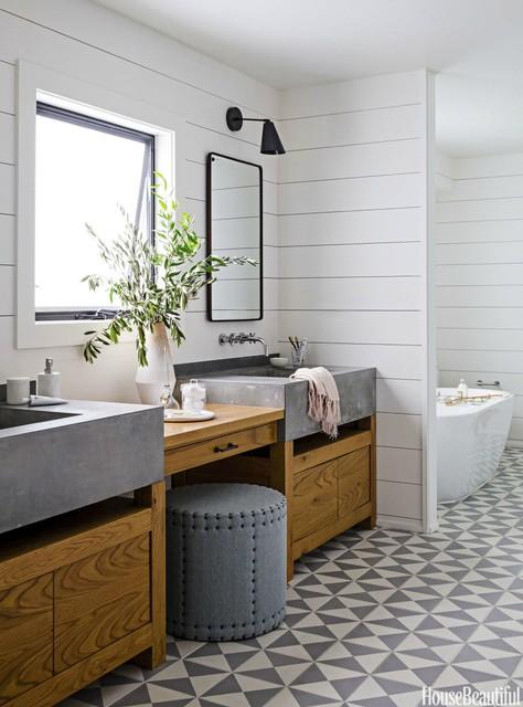 Modelo de cuarto de baño principal, mediterráneo, de tamaño medio, con armarios tipo mueble, puertas de armario de madera oscura, bañera exenta y lavabo integrado